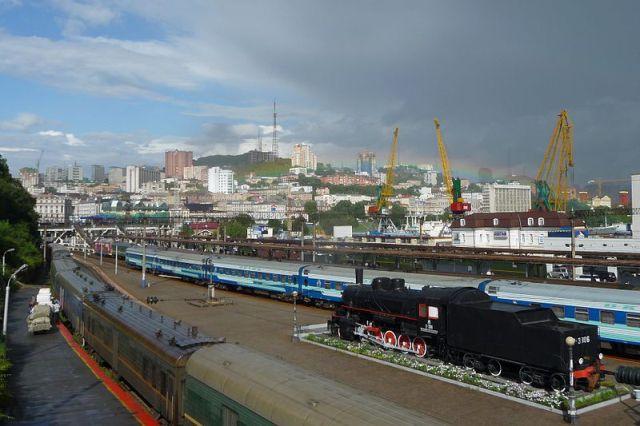 Паровоз-памятник на ж/д вокзале Владивостока