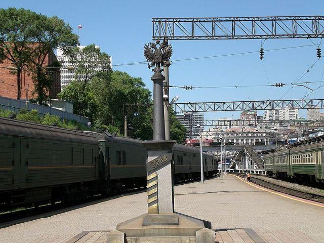 От Владивостока до Москвы 9288 км.