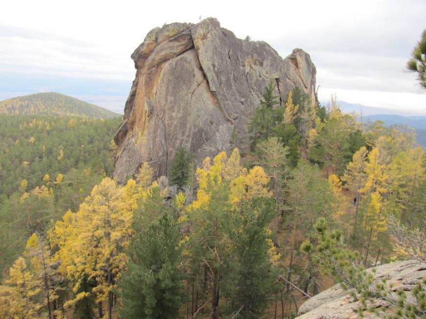 Скалы близ изображения Будды, по хоринской трассе. Хребёт Улан-Бургасы. Фото Будды было выше