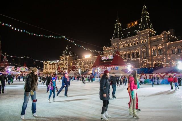 Зимой москвичи любят кататься на коньках прямо на Красной площади
