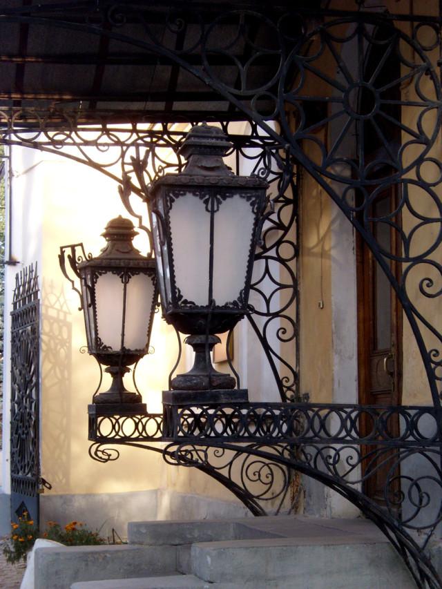 Вход в Калужский краеведческий музей. Памятник архитектуры XIX века