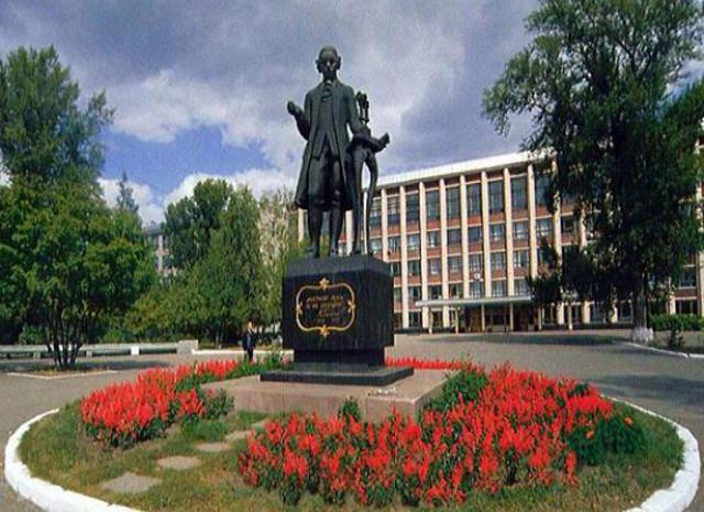 Памятник Ползунову. Расположен на той самой «сковородке»