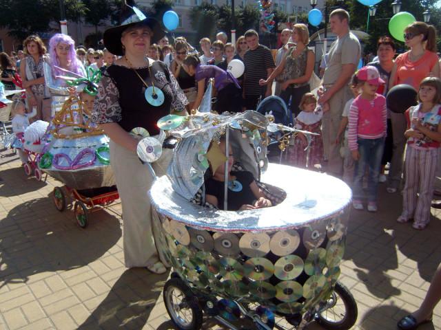Праздник города: Калуге 640 лет. Парад колясок (космические колыбели)
