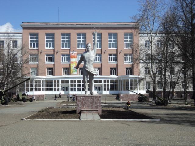 Памятник вечному студенту около ИжГТУ