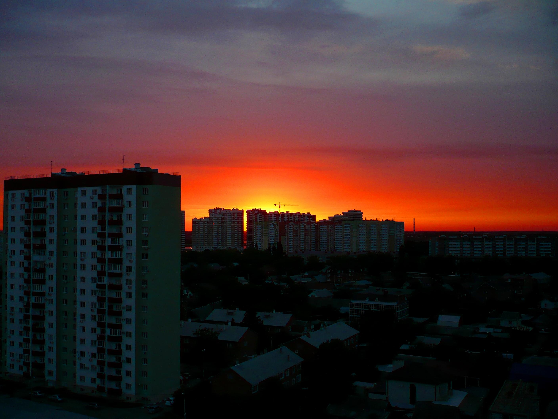 Краснодар. Закат из окна 14-го этажа. Внизу, между высоток - частные коттеджи