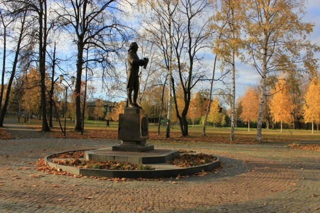Памятник Державину в Губернаторском парке
