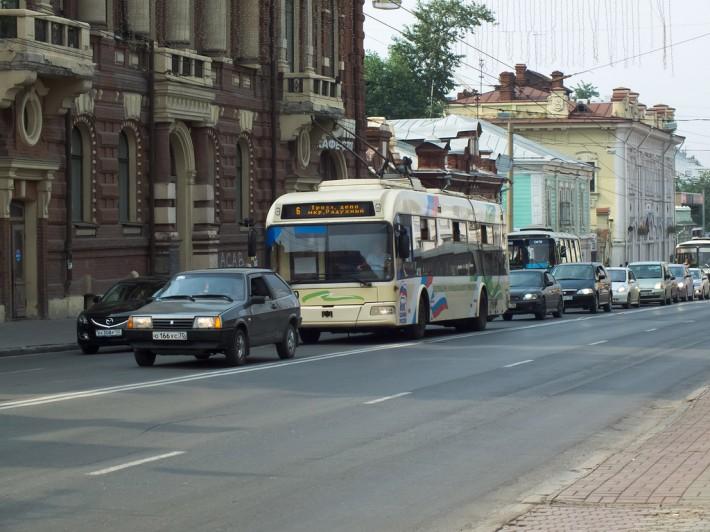 Начало движения транспорта после окончания карнавала
