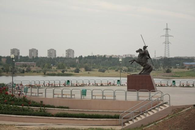 Набережная в Волгодонске. Памятник казачьему генералу Я.П. Бакланову