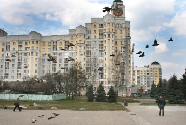 Брянск. Дом с часами на площади Партизан