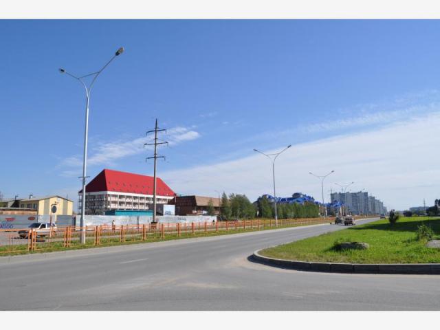 Это начало улицы со стороны кольца и памятнику «Алёше», слева маленький микрорайон МЖК. С красной крышей - здание медицинского колледжа, а рядом библиотека