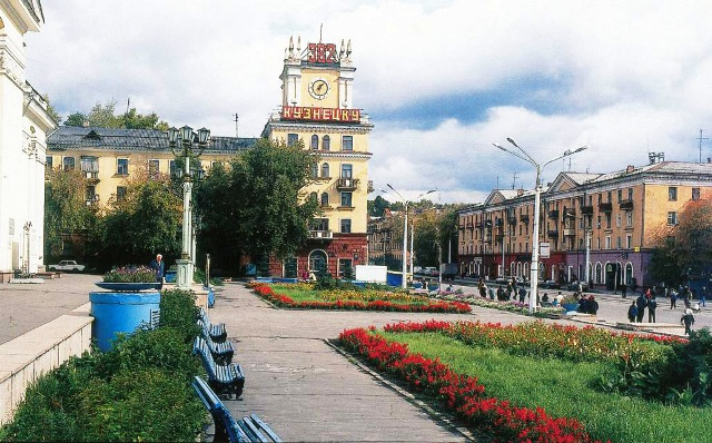 """Площадь напротив ДК """"Алюминщик"""" в Кузнецком районе. По традициям района без пива на нее не пускают"""