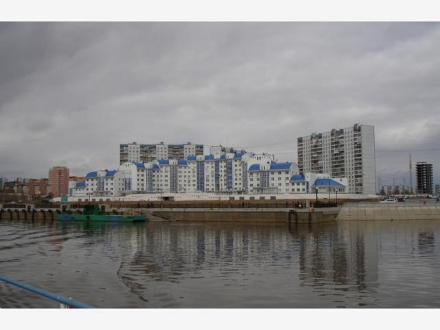 Это вид на прибрежную зону и жилой дом в районе ул. Пикмана. На этих улицах самые дорогие квартиры, цены иногда достигают 70 тысяч рублей за квадратный метр, а может уже и больше