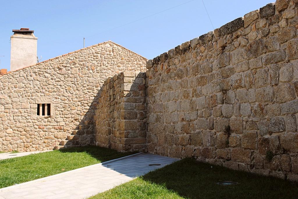Остаток старинной крепостной стены в историческом центре Каштелу Бранку