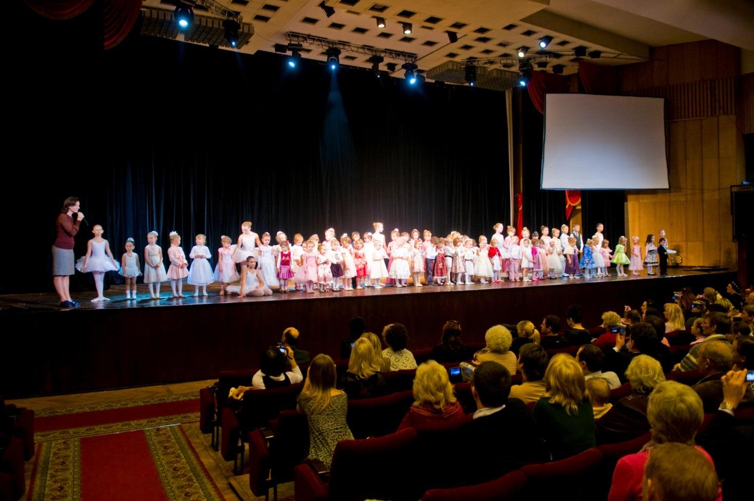Детский коллектив на сцене Кубанского казачьего хора