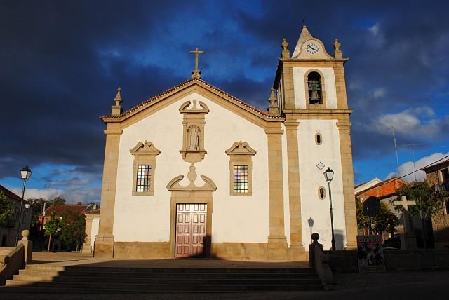 Центральная площадь в нашем маленьком городке с традиционной церковью во второй половине дня, ближе к вечеру