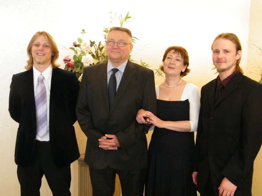 На регистрации – рядом его сыновья Брайан и Кристофер