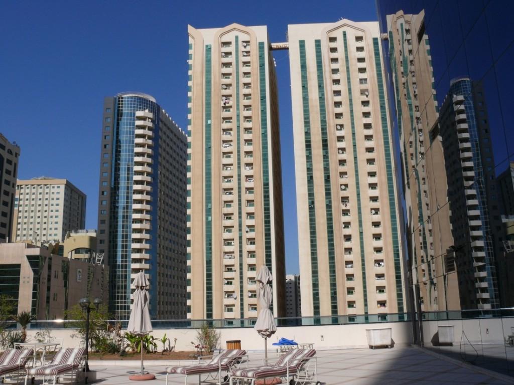 Фото с крыши одного из домов, 19-ый этаж, на нем расположен бассейн.