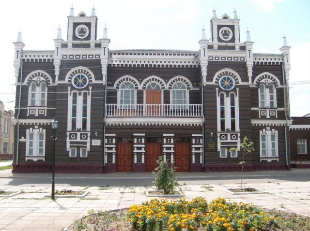 Нетрудно догадаться, что это городской театр. В городе немало зданий, построенных в подобном стиле