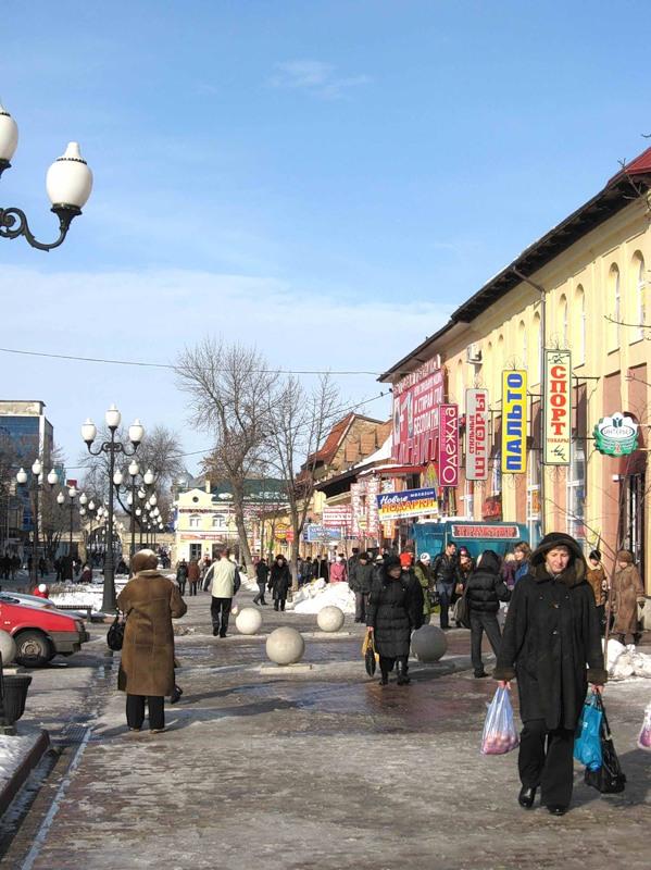 Зимой в Ейске на улице много людей только возле рынков