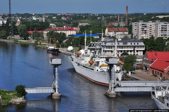 """На переднем плане малый подъемный железнодорожный мост. На заднем плане музейное судно """"Космонавт Виктор Пацаев"""""""