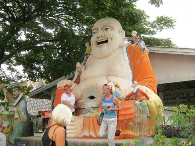 Статуя смеющегося Будды