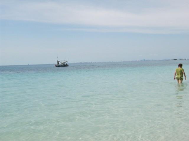 В самой Паттайе море мутное, с песочком и мусором. Но на ближайших островах - настоящие пляжи Баунти
