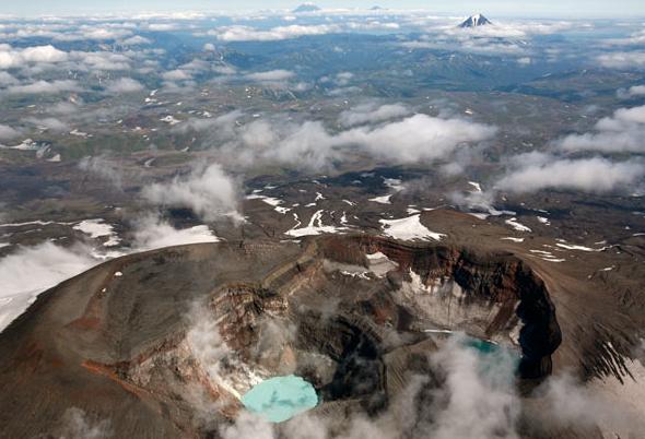 Озеро внутри вулкана Горелый очень похоже на вулканы, находящиеся на острове Пасхи