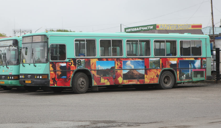 Извержения вулкана в Петропавловске-Камчатском видны даже на автобусе