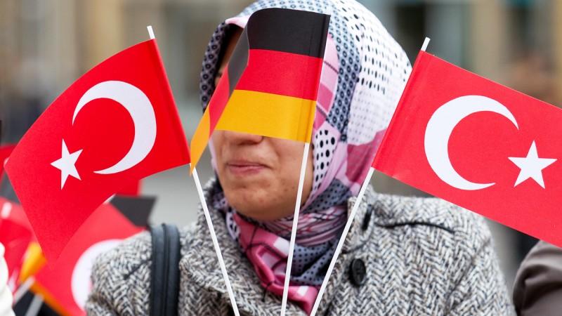 Участница демонстрации за права турецких иммигрантов