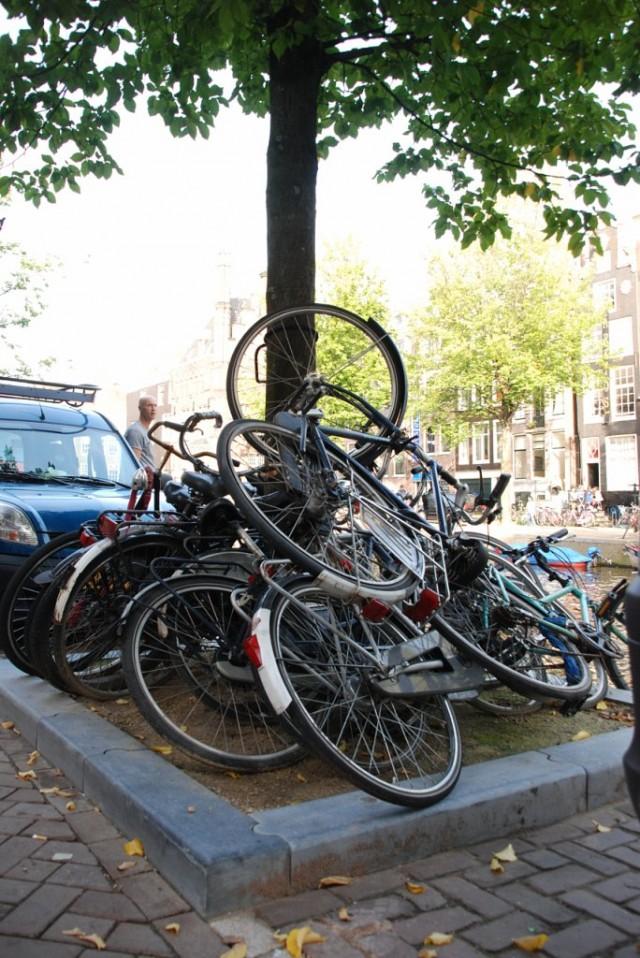 Амстердам. Велопарковка в центре города