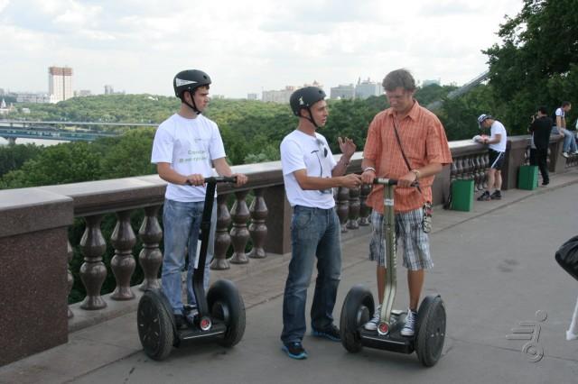 Фанаты скутеров сигвей на смотровой площадке МГУ
