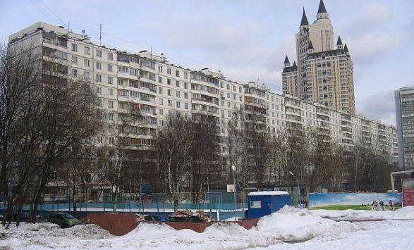 Панельный дом на Славянском бульваре. По соседству – ЖК «Эдельвейс»