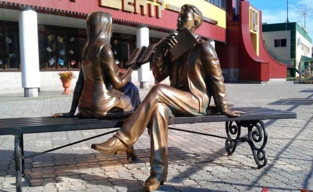 Памятник Читающая пара Ноябрьск