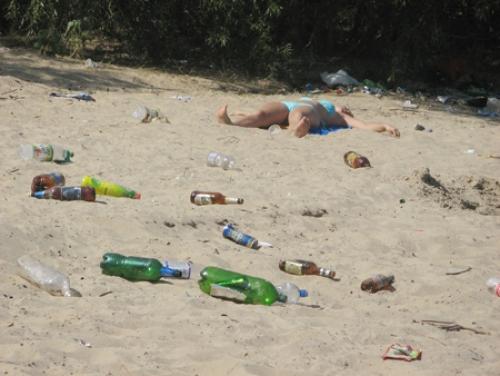 мусор на пляже
