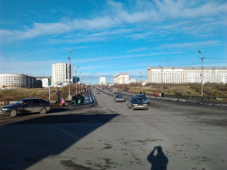 Ул.Ленина и мост на Тиман. Мост облюбовали молодожены, которые вешают на ограждение замки)