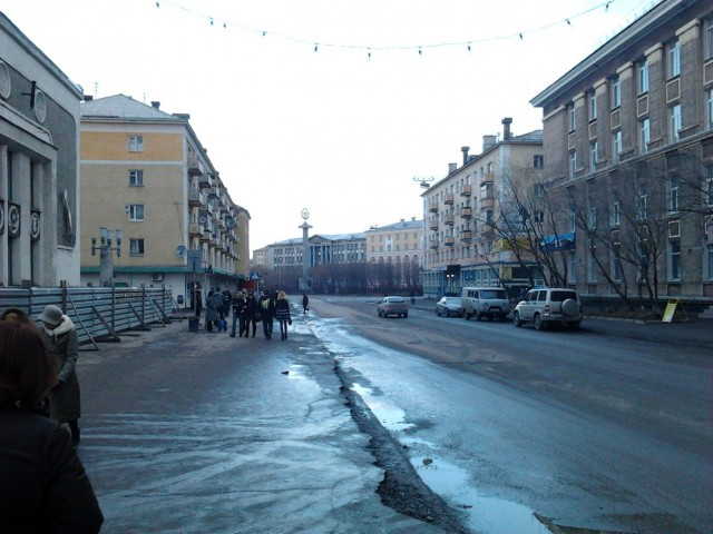 Далее по той же улице Ленина. Улица Ленина, наверное, есть в каждом городе)) Слева виден кусочек бассейна Дельфин, часть здания которого пару лет назад обвалилась...