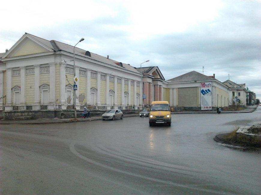 Раньше был Театр Кукол, сейчас похоже, что он уже закрыт, на совсем...