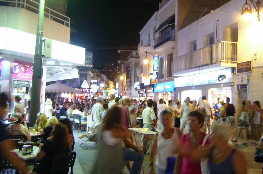 Вечером народ выходит в город гулять до 2-3 ночи