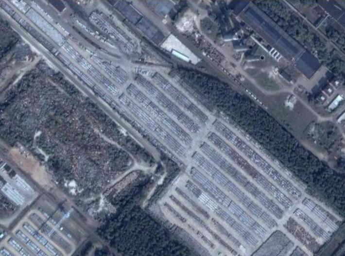 Контейнеры с гексафторидом урана, располагающиеся в черте города