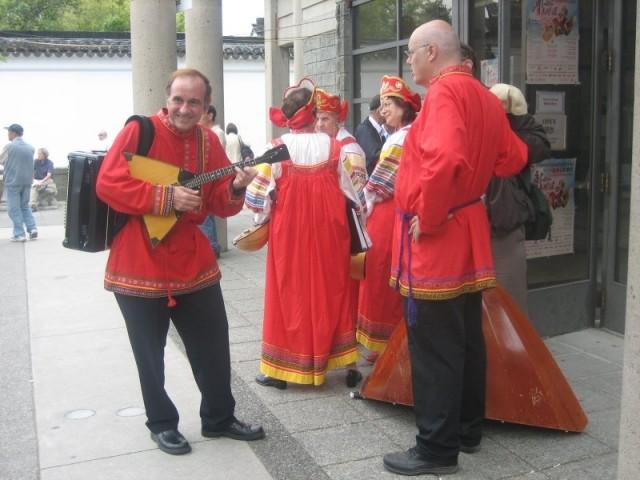 Балалаечники на крыльце русского центра в Ванкувере. Мало кто из них говорит по-русски
