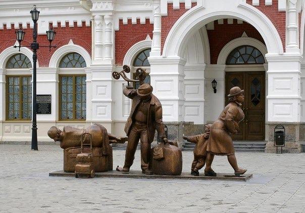 Памятник пассажирам на вокзале
