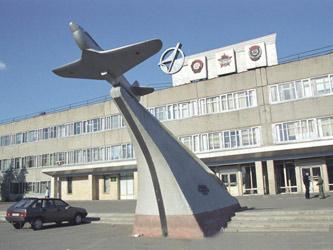 О былом величии «Полета» напоминает только стела перед главным входом.