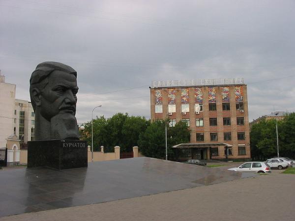 Перед главным входом в Курчатовский институт