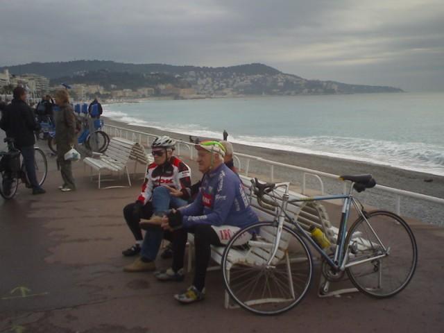 И на прощание: Такие старики - обычное явление для Ниццы. Отменный климат, хорошая пенсия, море, солнце... Что еще нужно, чтобы человек был счастлив? Велосипед - не Турист и не Старт-шоссе. Это Peugeot
