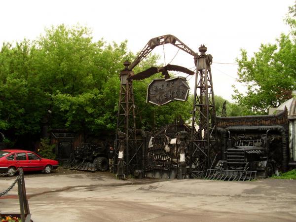 Ворота на въезде в Байк-центр