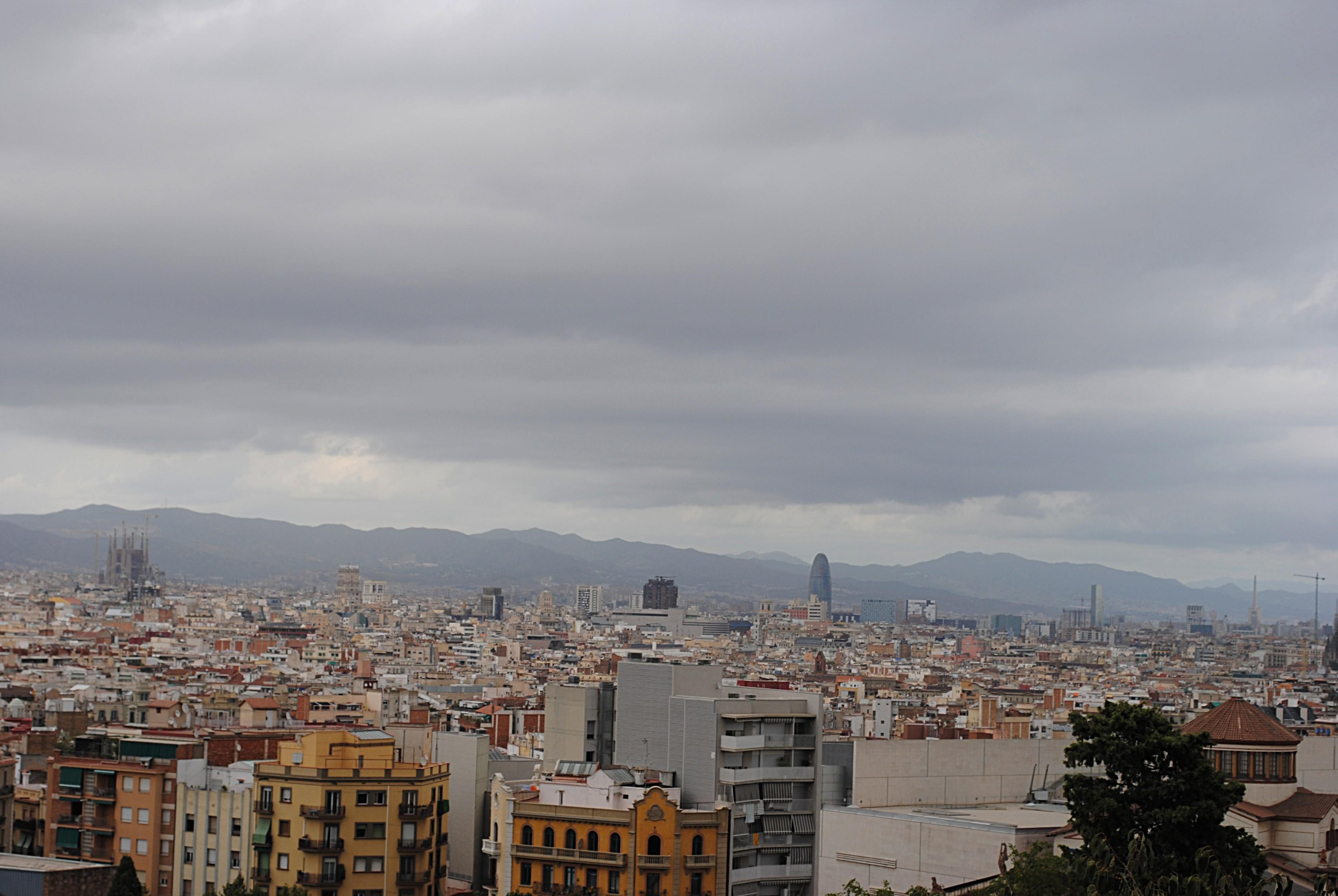 """Так получилось, что в самый центр этой фотографии с фоном из роскошного вида Барселоны влезла не самая плохая, но довольно типичная испанская """"хрущоба""""..."""