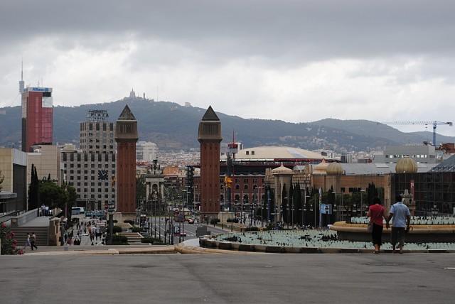 """На этом снимке можно увидеть ещё оставшуюся на тротуаре вдоль одного из корпусов Университета Каталонии (в левой части, на фоне здания """"Plaza"""") часть толпы MLM-щиков"""