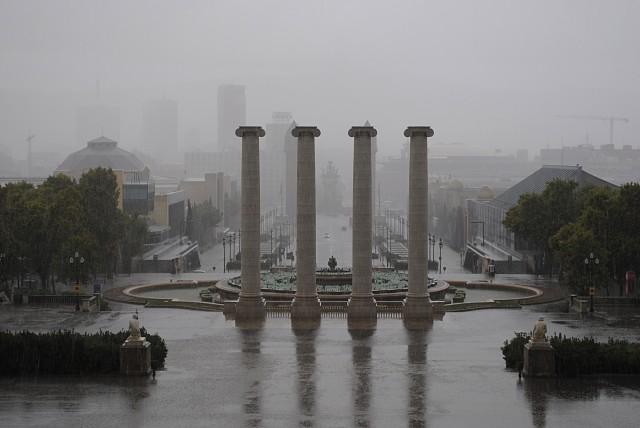 Холодный ливень в середине сентября в Барселоне местных жителей не удивлял. Туристы и приезжие, как заворожённые, фотографировали сплошную пелену дождя, скрывшую город