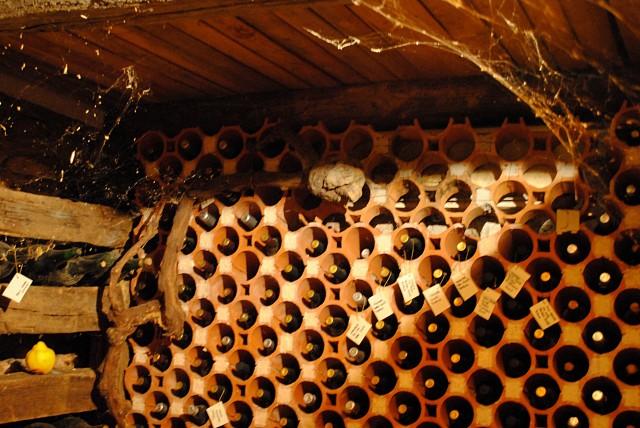 """Цена каждой из этих бутылок вина 10-летней и более выдержки в одном из не самых """"раскрученных"""" ресторанов Москвы — от 50 евро и выше. Черногорец Илья, поставляющий в Москву конкретно это своё вино, получает за партию из нескольких сотен бутылок по 40 евро за каждую бутылку."""
