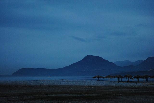 Сезонность туристического бизнеса явственно видна на любом пляже в Черногории: только две недели назад тут было яблоку негде упасть... Главный пляж в Баре в середине сентября 2011 года